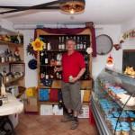 Młynarz Arno Ree w sklepiku z produktami gospodarstwa