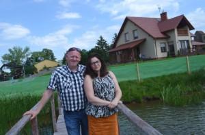 Jarosław i Monika Tymczyszyn przed swoim domem