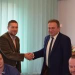 Prezes LIR Stanisław Myśliwiec gratuluje nowo wybranemu przewodniczącemu Rady Markowi Strzelczykowi