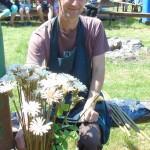 Jarosław Krasiński z gałązek drzew tworzy piękne kwiaty. Ich kształt i barwa jest uzależniona od drzewa, z jakiego pochodzi gałązka. Jedno jest pewne - każdy kwiat jest inny, a nietypowy pomysł - opatentowany
